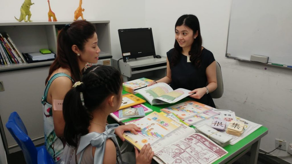 By communicating with teachers, Mrs. Li understood more about Chloe's learning progress.